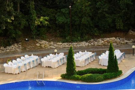 decoracion mesas: Vectores de la boda de configuración, en la piscina