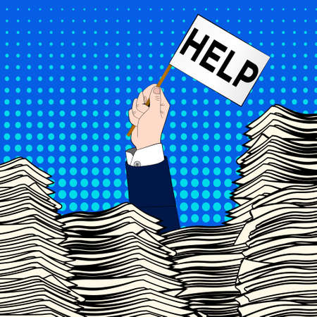 Mano del hombre de negocios caucásico que emerge de escritorio de oficina cargado de papeles, facturas y un montón de papeles y documentos que sostienen la tarjeta mensaje pidiendo ayuda.
