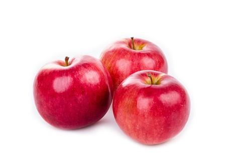 Manzanas rojas aisladas en blanco