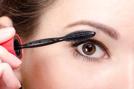 maquillage yeux: Maquillage des yeux avec du mascara noir