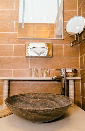 lavabo salle de bain: Gros plan de lavabo avec miroir