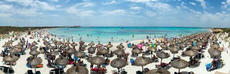 arena blanca: Playa de la belleza con la arena blanca