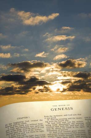 Verticale beeld van het boek Genesis in het begin met ochtendzon en wolken op de achtergrond