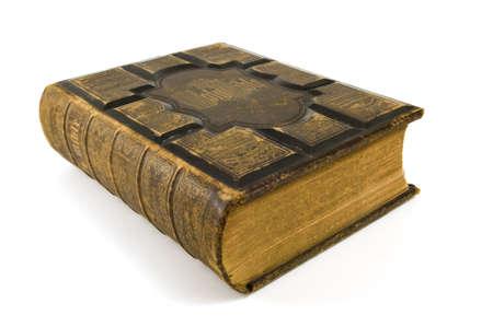 Grote oude bijbel op een witte achtergrond