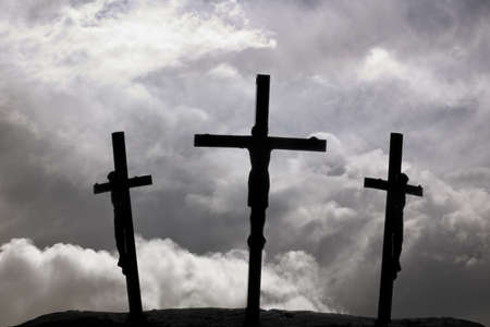 Kruisiging van Jezus aan het kruis met twee kruisen naast hem Stockfoto