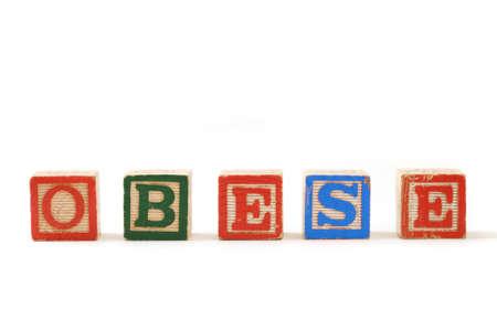 """obesidad infantil: Bloques de madera para niños que deletrean la palabra """"obeso"""" en el fondo blanco Foto de archivo"""