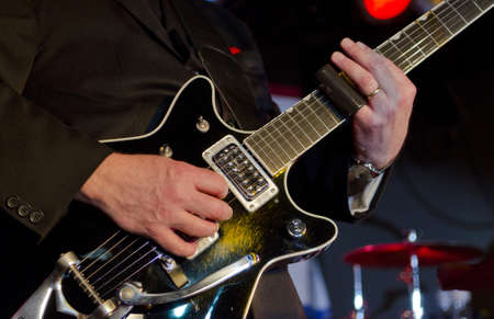 Muzikant speelt de elektrische gitaar op een bluesfestival