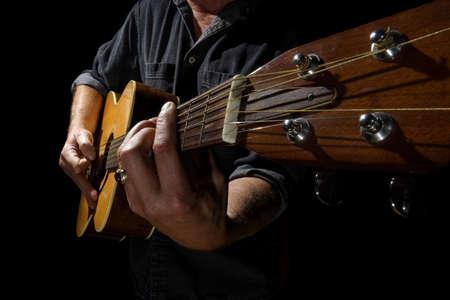 Groothoek foto van een muzikant spelen van een akoestische gitaar Stockfoto
