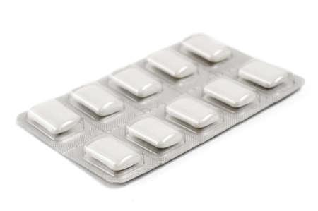 goma de mascar: Enfoque selectivo en la esquina de primer plano de un paquete de chicles de nicotina