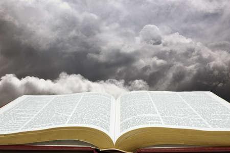 Horizontaal beeld van de Bijbel en de schepping hemel Stockfoto