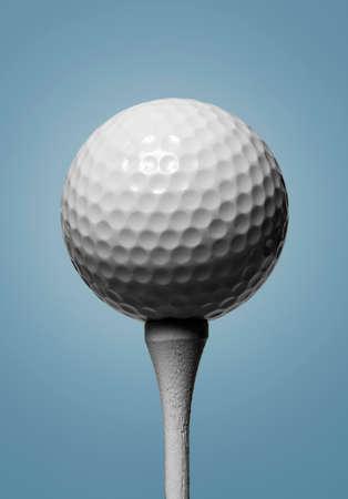 Golfbal op de tee met hemelsblauwe achtergrond Stockfoto