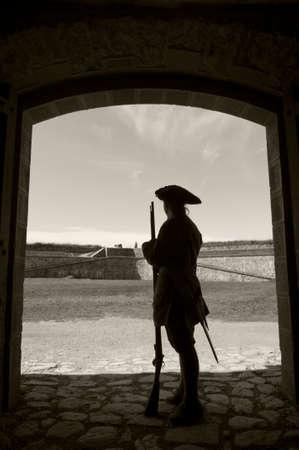 Silhouet van een soldaat in de deuropening van het fort met een zwart-wit sepia-formaat Stockfoto - 23265747