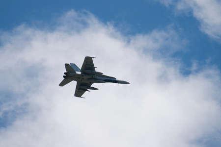 avion de chasse: F-18 avion de chasse avec des nuages ??et de ciel bleu. Banque d'images