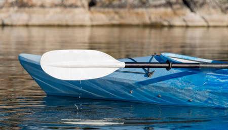 穏やかな湖を打つ水でカヤックとパドルの選択と集中が値下がりしました
