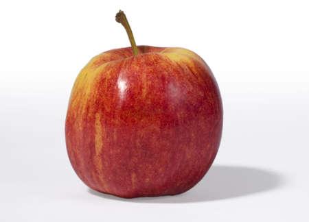 Rojo, con manzana cruda sombra aisladas en blanco Foto de archivo