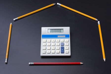 L�pices como puerta de casa con la calculadora como un negocio, las finanzas, el concepto de hipoteca. 10.000.000 en la calculadora.