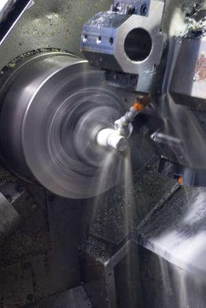 Una larga exposici�n de Torno CNC con l�quido de refrigeraci�n de mecanizado parte