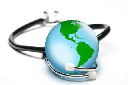 Concepto para el cuidado de la salud mundial, cuidar el planeta. Aislados en blanco. Se centran en el mundo.