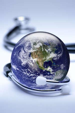 courtoisie: Concept de m�decine globale. Peu profond le focus sur le globe. Tonalit�s largement bleues. Globe domaine public courtoisie http:visibleearth.nasa.gov