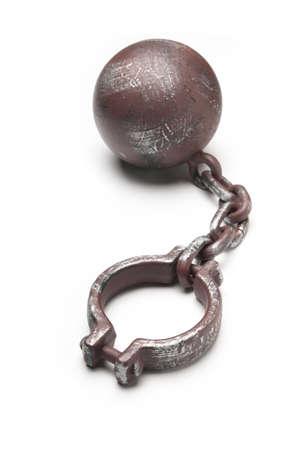 Bolas met�licas y cadena aislados en blanco con espacio de copia Foto de archivo