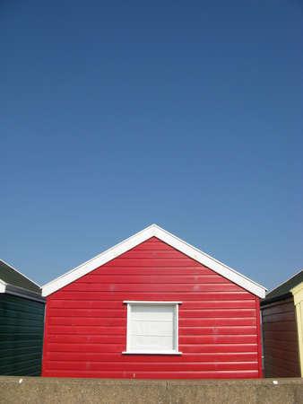 cabane plage: Red Beach Hut sur la journ�e ensoleill�e � Southwold, Suffolk, Angleterre, Royaume-Uni Banque d'images