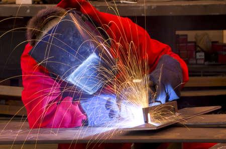 Welder in workshop manufacturing metal construction Standard-Bild