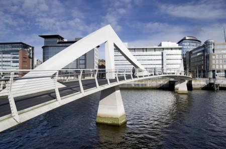 Moderno puente peatonal sobre el r�o Clyde en Glasgow, Reino Unido Foto de archivo
