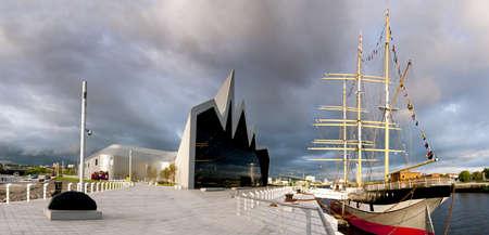 Panorama de alta resoluci�n del r�o Clyde en Glasgow con el Museo de Riverside y Tall Ship El sol se est� poniendo en forma de nubes de tormenta se re�nen