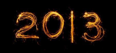 2013 escrito en sparklers aislados en negro