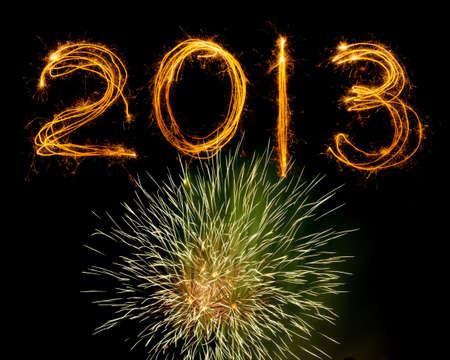 2013, de bengalas por encima explosi�n de fuegos artificiales aislado en negro