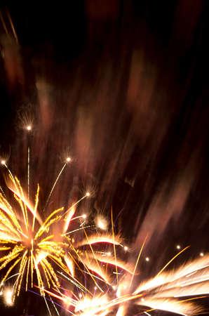 Explosi�n de fuegos artificiales de oro y copia espacio adecuado para el A�o Nuevo, 4 de julio, D�a de la Bastilla, boda