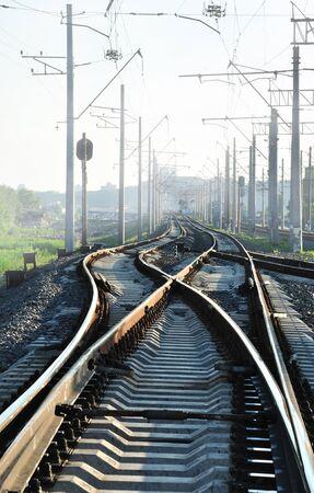 ferrocarril: Los carriles en direcciones diferentes (en el tiempo smog) Foto de archivo