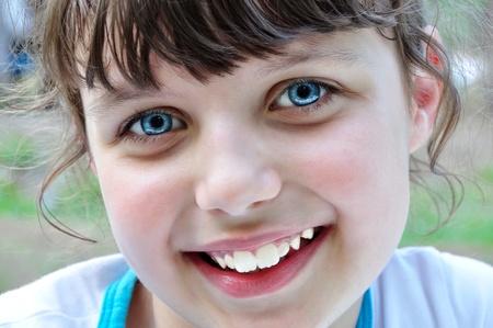 公園 (フォレスト) で美しい笑顔若い女の子の肖像画。
