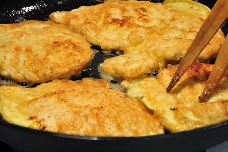 フライ鍋の鶏ムネ肉。