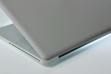 光沢のある表面照明のラップトップ。横から見た図。