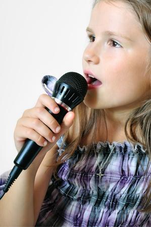 歌を歌うキリスト教の歌の背景に分離されたマイク