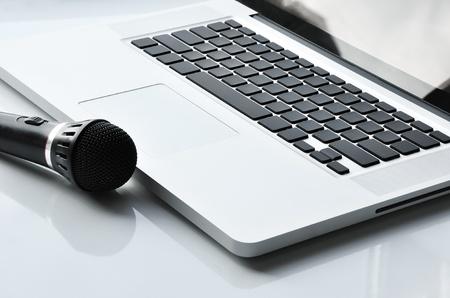 ノート パソコンの近くにマイク。歌手、解説者や他の人のためのデバイス。
