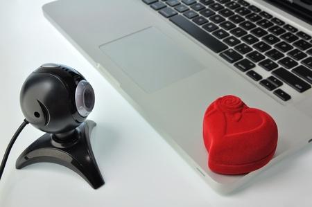 Web カメラ、ノート パソコンと赤いボックス。コンセプト - 提案またはオンラインでギフト。 写真素材