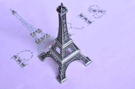 エッフェル塔 (タワー) グラマー碑文 - ピンクの t シャツにパリ。 写真素材