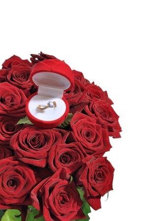 赤いバラの花束でリング付きボックスします。