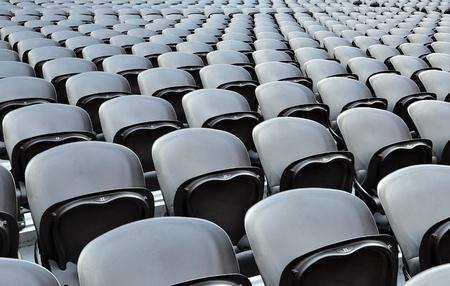 �lite: Una fila sedili neri sulla stadion. La Donbass Arena (Donetsk, Ucraina) � il primo stadio in Europa orientale progettata e costruita per gli standard UEFA d'elite. Arena per la semifinale di Euro-2012. Archivio Fotografico