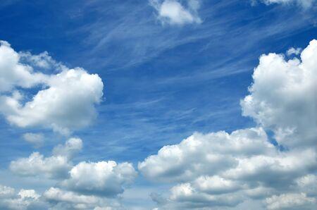 すべてのフレームの背景のような白い雲と青い空。 写真素材