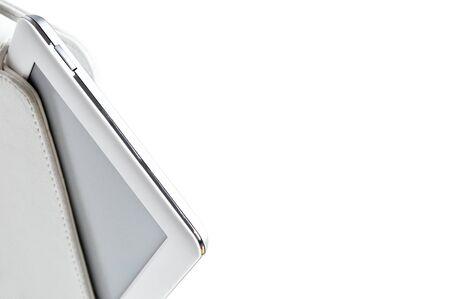 白の電子書籍を白い背景で隔離のケース。