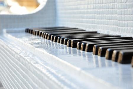 石造りのキー (人工的な) とグランド ピアノのクローズ アップ。