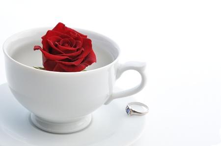 概念: 私と結婚するか、提案、バレンタインの日、結婚式、愛、surprice ギフト。赤白いコップおよびリングに上がった。 写真素材