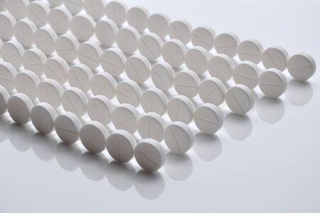 白い錠剤 (タブレット) 背景。丸薬ライン。医学のオブジェクト。