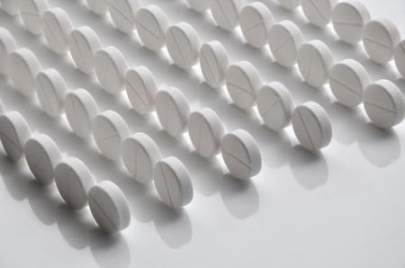 白い錠剤 (タブレット) 背景。錠剤の行。医学のオブジェクト。 写真素材