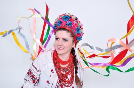 ウクライナ (ロシア語) の伝統的な衣装で若い女性。