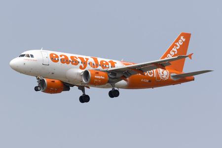 unicef: Luqa, Malta - 2 luglio 2016: easyJet Airbus A319-111 [G-EZIO] in regime speciale Unicef ??colori pista di atterraggio 13. Editoriali