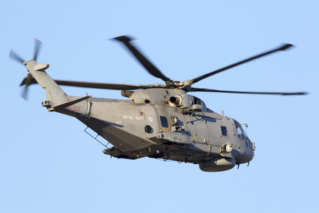 mago merlin: Luqa, Malta 20 de julio de 2016: Royal Navy AgustaWestland Merlin HM.1 [ZH843] saliendo de la pista 13 después de una parada de combustible.